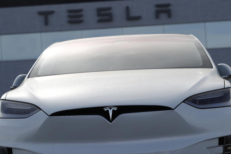 Ein Tesla Modell X. Wagen dieser Reihe sind von dem Sicherheitsrisiko betroffen.