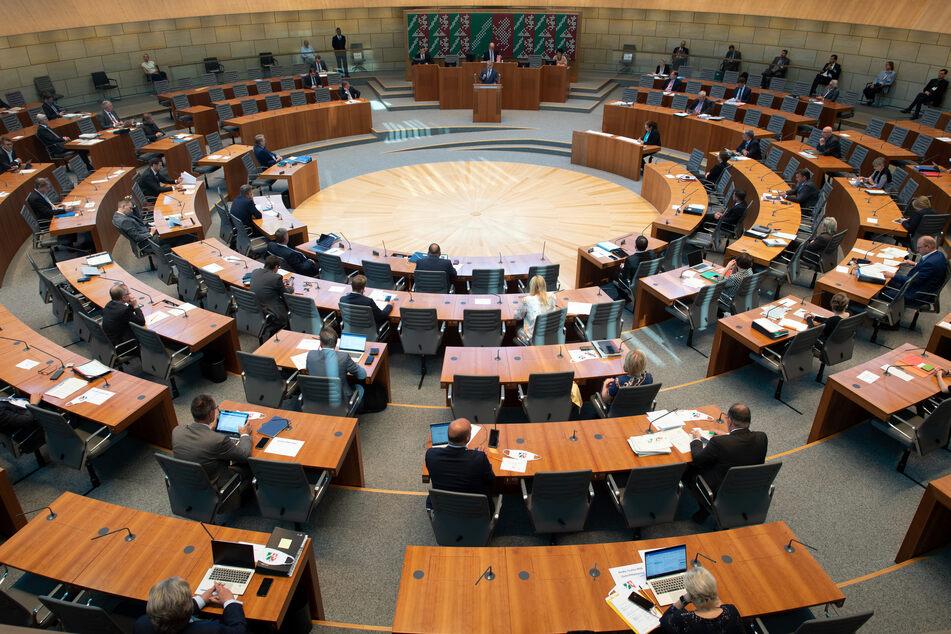 Auch im NRW-Landtag blieben zuletzt aufgrund der Abstandsregeln Plätze leer.