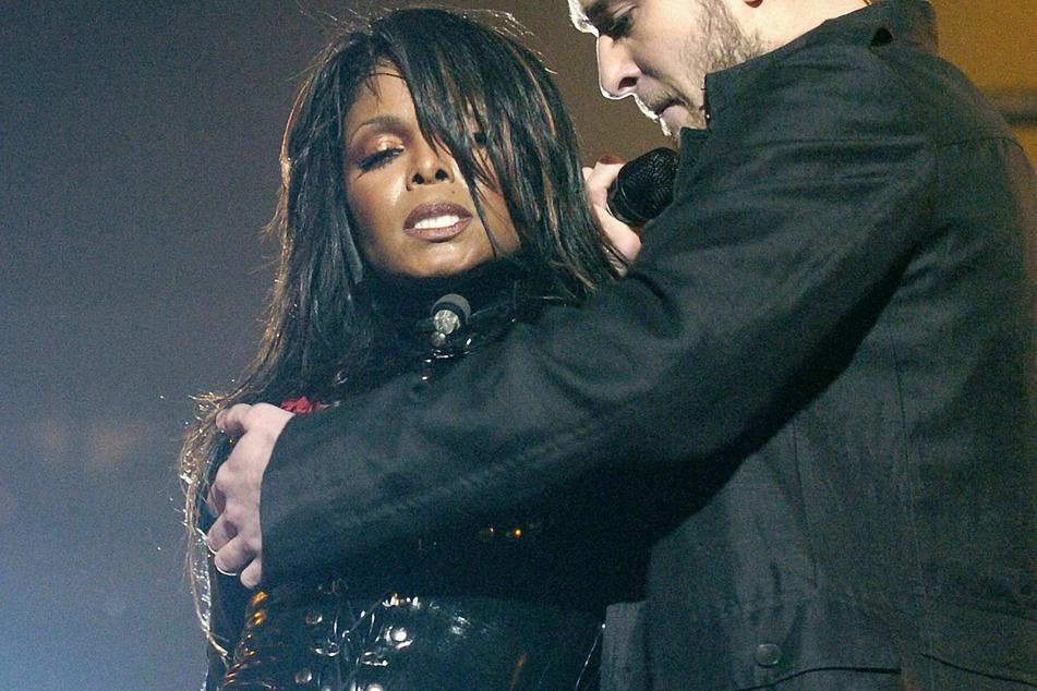 """Aus dem Jahr 2004: Sänger Justin Timberlake (r) bedeckt während eines Halbzeitauftritts beim Super Bowl mit seiner Hand die rechte Brust der Sängerin Janet Jackson (54), die er entblößt hatte - die Handlung sorgte für einen nationalen Eklat mit dem Namen """"Nipplegate""""."""