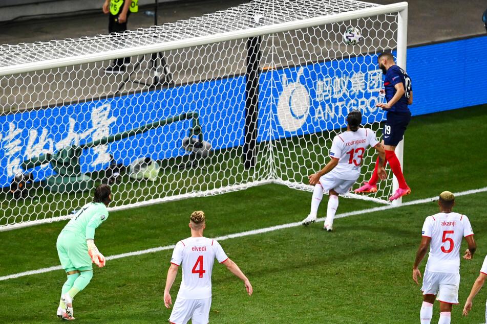 Der Doppelschlag ist perfekt: Karim Benzema (2.v.r.) nickt zum 2:1 für Frankreich ein.