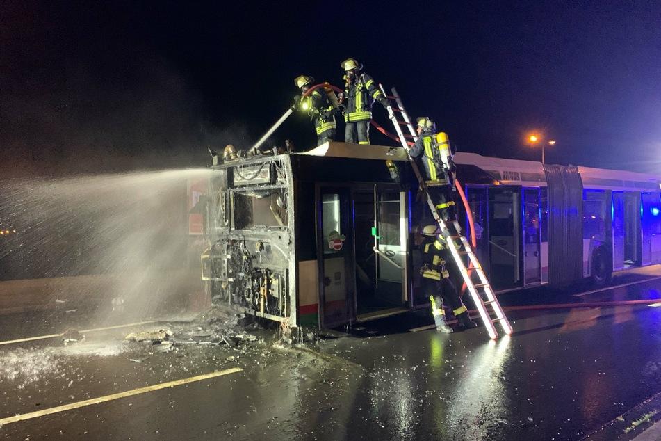 In Magdeburg hat ein Linienbus am Mittwoch während der Fahrt Feuer gefangen.