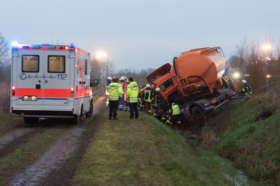 Schwerer Unfall: Lkw schleudert von Autobahn in Wassergraben