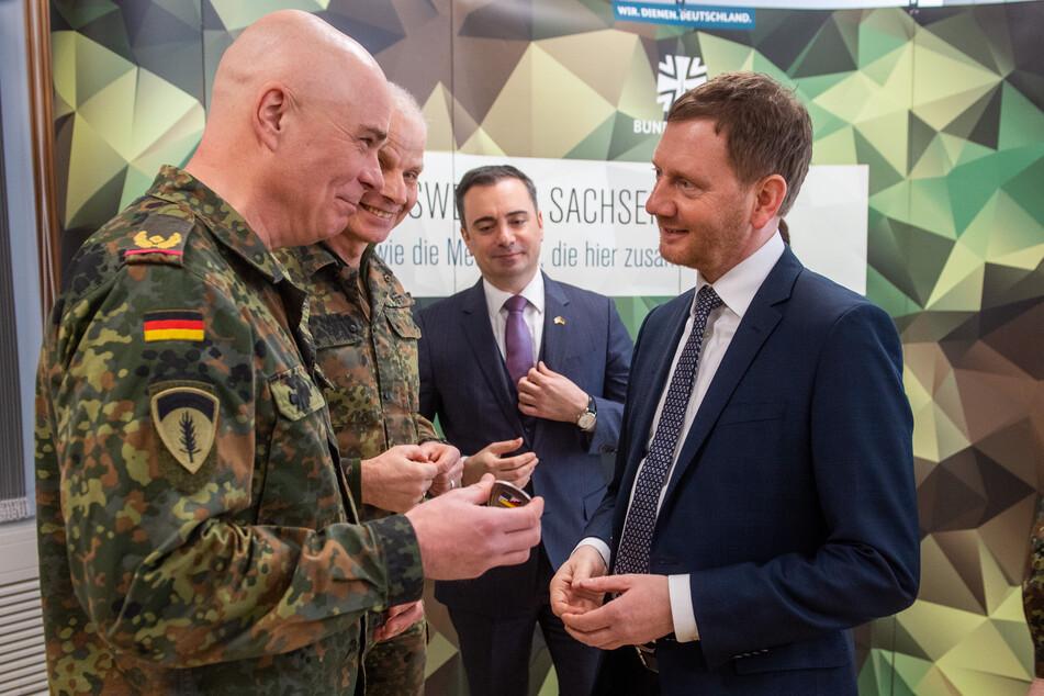 Militärs und Zivilisten unter sich: Hartmut Renk (57, US Army Europe), Jürgen Weigt (62, Bundeswehr), Timothy Eydelnant (46, US-Generalkonsul) und Ministerpräsident Michael Kretschmer (44, CDU).