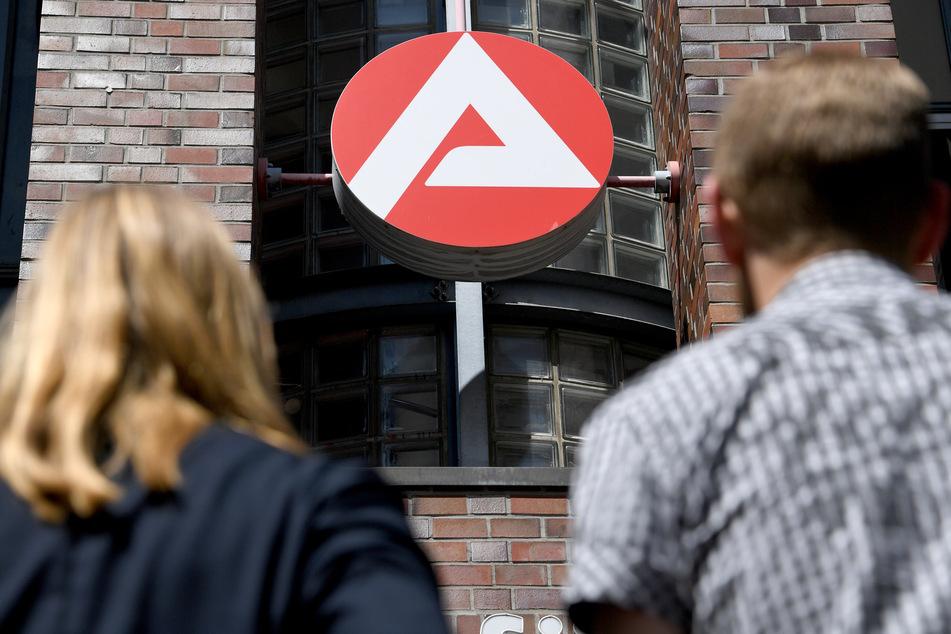 Das Logo der Agentur für Arbeit ist zu sehen. In der Krise stiegen in Deutschland die Zahl der Arbeitslosen im Monat Juni auf 6,2 Prozent.