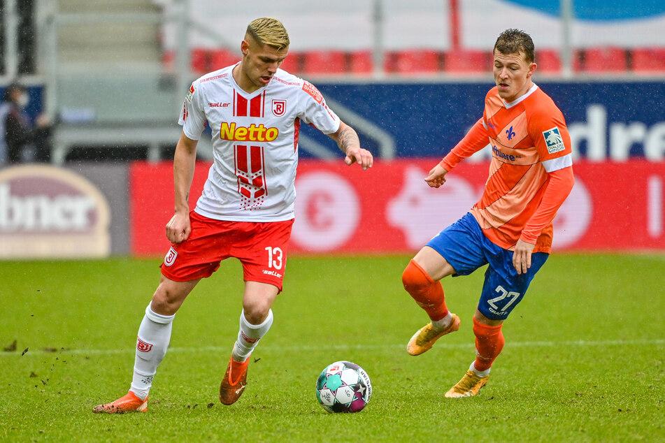 Tim Skarke (r.) vom SV Darmstadt 98 im Zweikampf mit dem Regensburger Erik Wekesser.