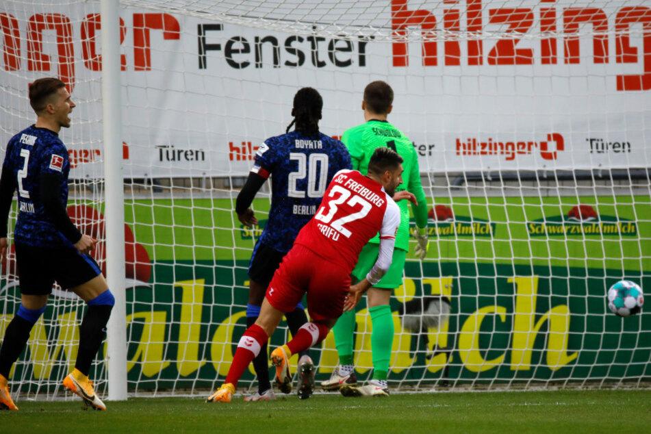 Vincenzo Grifo (2.v.r..) trifft gegen seinen alten Teamkollegen Alexander Schwolow (r.) zum 1:0.