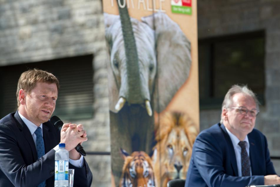 Michael Kretschmer (44, CDU, l.), Ministerpräsident von Sachsen, und Reiner Haseloff (66, CDU), Ministerpräsident von Sachsen-Anhalt, während einer Pressekonferenz im Bergzoo in Halle/Saale.