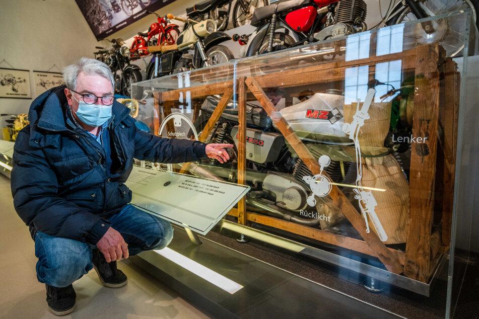 Vize-Museums-Chef Tonio Schulze (58) zeigt auf die originalverpackte MZ ETZ 250.