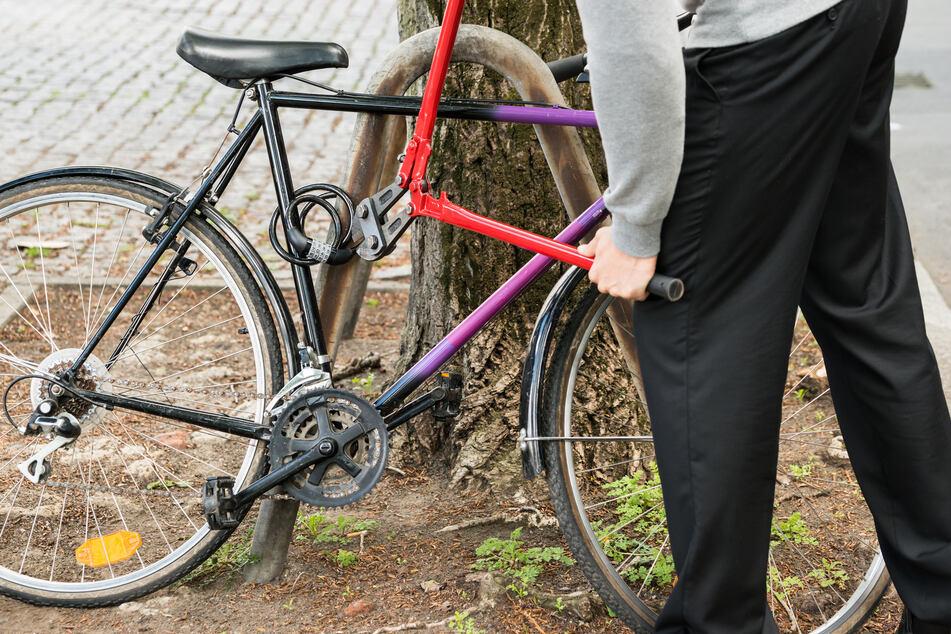 """Der mutmaßliche Fahrraddieb wurde festgenommen, nachdem die Polizei unter anderem zwei Schreckschusswaffen und eine """"Akkuflex"""" bei ihm gefunden hatte. (Symbolbild)"""
