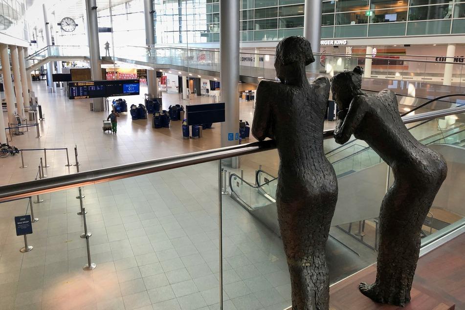 Ein einsamer Passagier geht während der ersten Hochphase der Coronavirus-Pandemie durch den Flughafen von Kopenhagen.