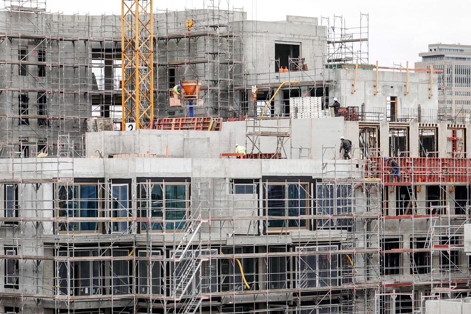 Bauarbeiter errichten Gebäude im Berliner Stadtteil Wilmersdorf.