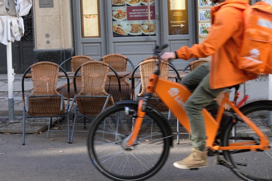 Ein Fahrer von Lieferando auf dem Weg zur nächsten Lieferung in Leipzig. Die NGG hat nun heftige Kritik an den Arbeitsbedingungen für die Lieferanten geübt.