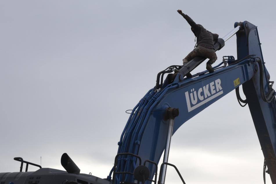 Braunkohle-Tagebau: Klimaaktivisten durchbrechen Zäune und besetzen Bagger