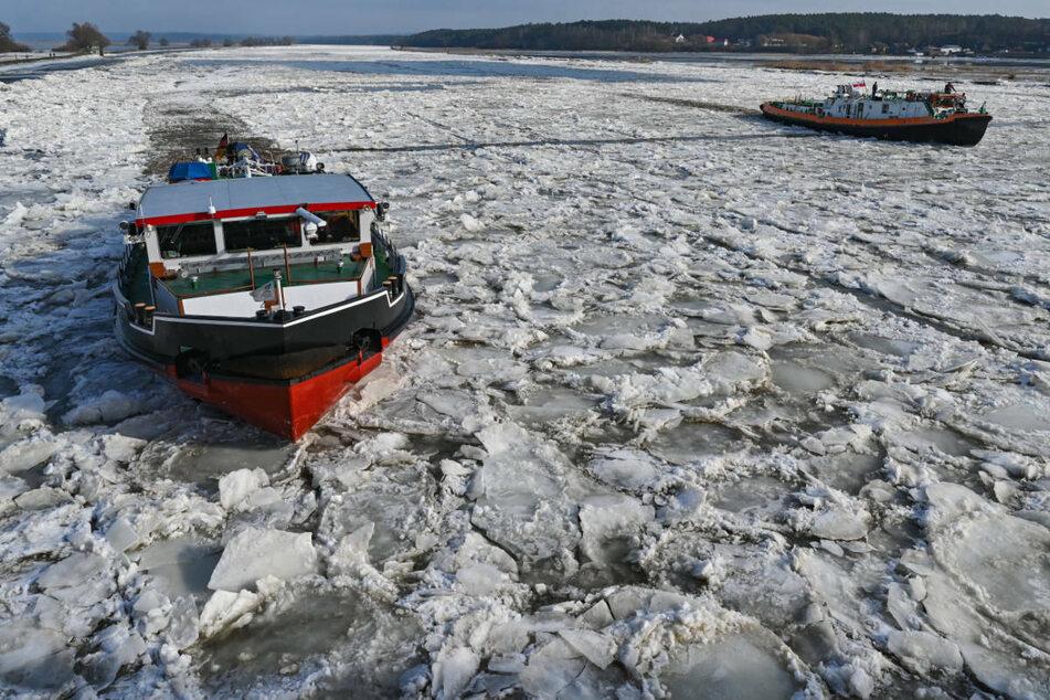 Ein deutscher (l.) und ein polnischer Eisbrecher sind auf der Oder im Einsatz.