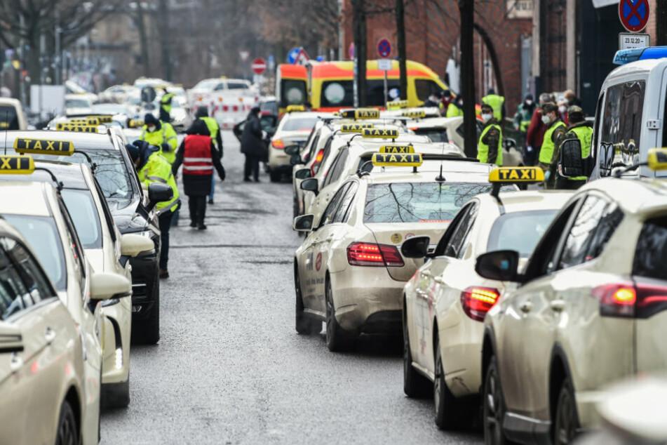 Auf der Straße zum Impfzentrum in der Arena Berlin stehen viele Taxis im Stau, die Personen zum Impfen gegen das Coronavirus dorthin fahren.