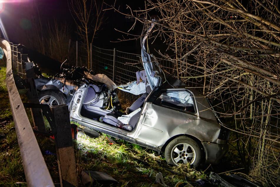 Der Wagen landete nach dem Zusammenprall mit dem Baum in der Straßenböschung.