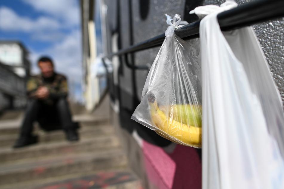 """Mit Lebensmitteln gefüllte Tüten hängen am """"Gabengeländer"""" in Hessen in der Treppenstraße. Die Lebensmittelspenden von Privatpersonen werden von Bedürftigen gut angenommen"""