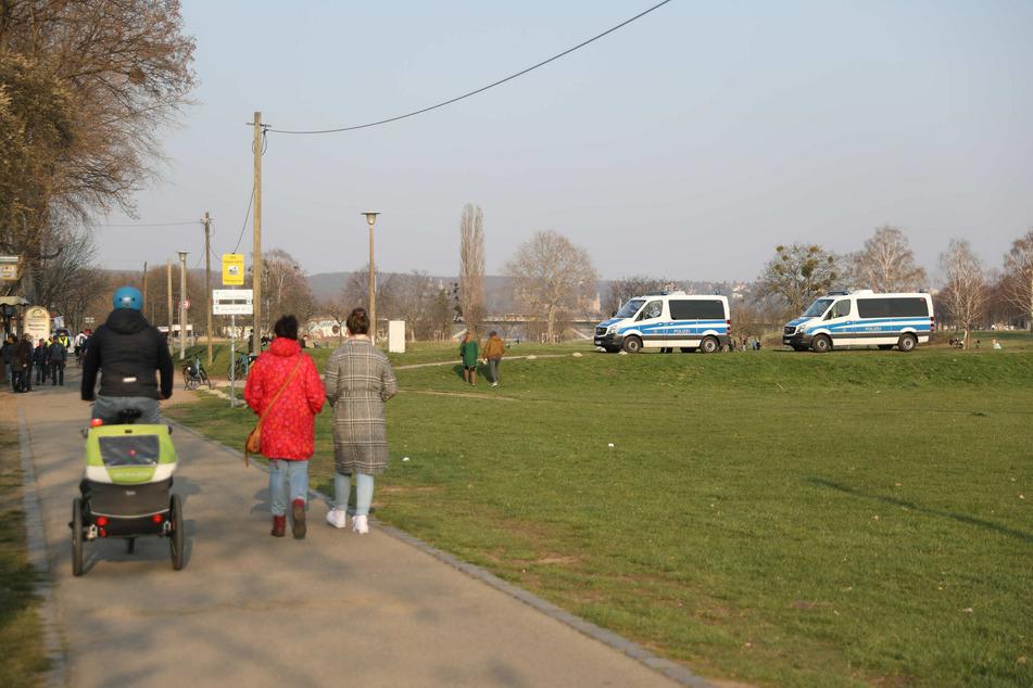 Die Polizei kontrolliert die verhängten Ausgangsbeschränkung am Dresdner Elbufer.