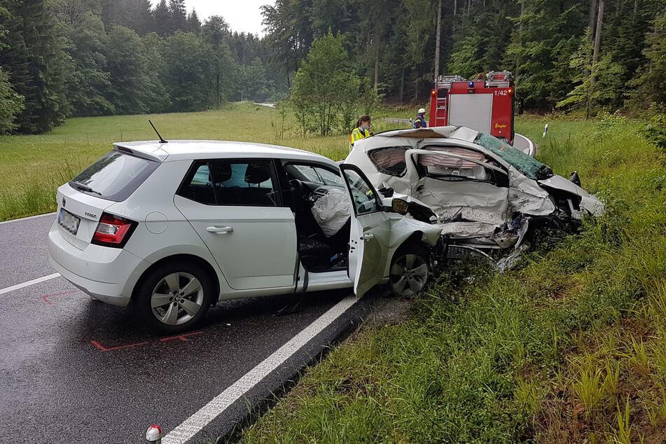 Zwei Unfallfahrzeuge stehen nach einem Zusammenprall auf einer Straße. Bei dem Verkehrsunfall ist nach Angaben der Polizei ein Mensch gestorben.