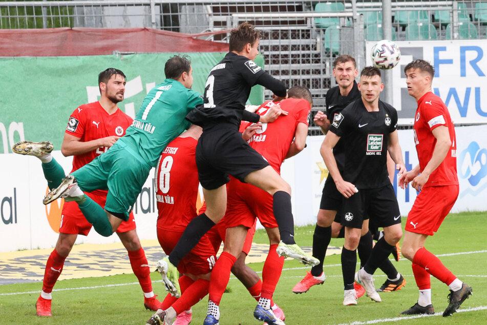 Getümmel im Kölner Strafraum. Viktoria-Schlussmann Sebastian Mielitz (grünes Trikot) faustet den Ball mit Mühe weg, musste dennoch dreimal hinter sich greifen.