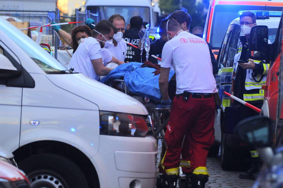 Sanitäter kümmern sich um die lebensgefährlich verletzte Frau.