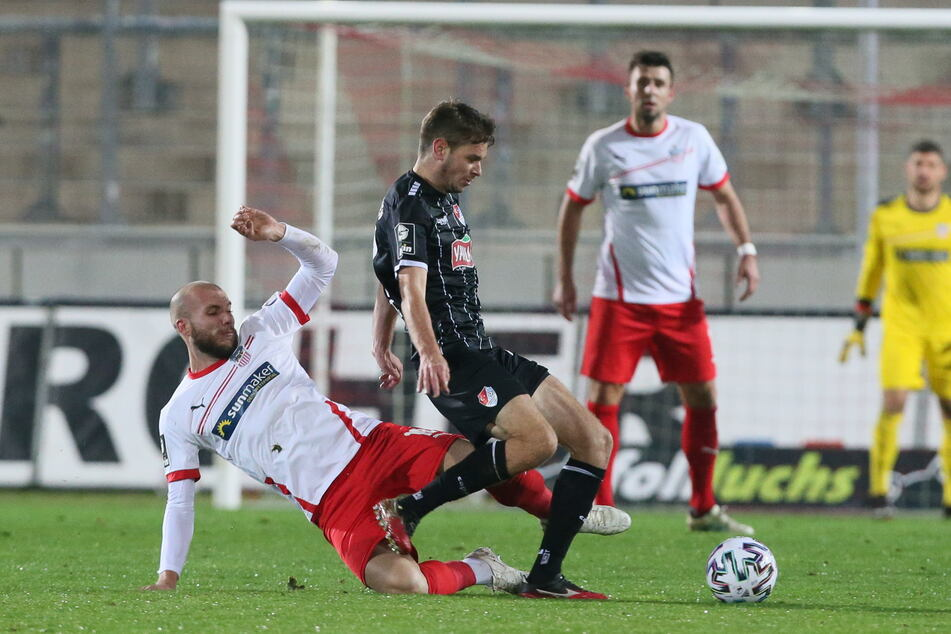 Szene vom Hinspiel zwischen dem FSV Zwickau und Türkgücü München: Manfred Starke (30, l.) im Zweikampf mit Philipp Erhardt (27).