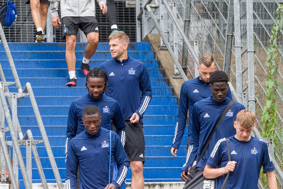 Einige HSV-Spieler, darunter Neuzugang Simon Terodde (dritter von links) auf dem Weg zum Training.