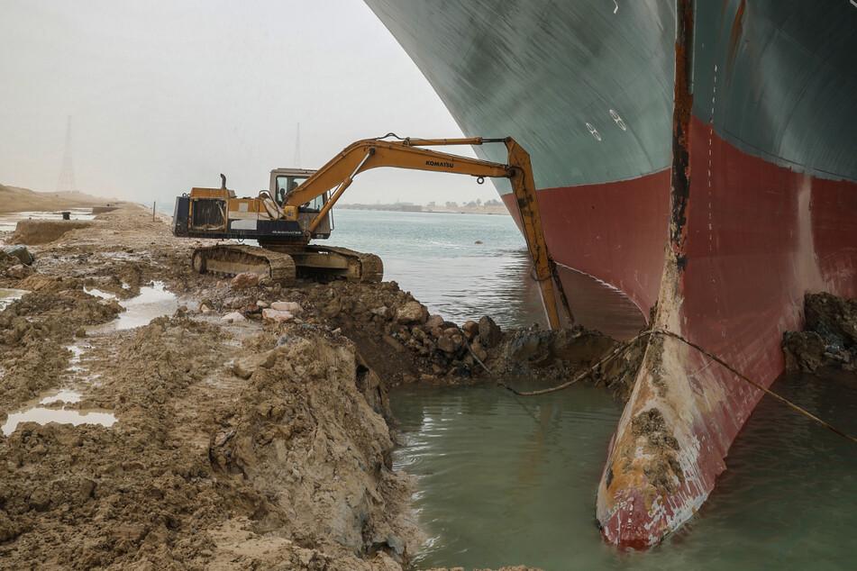 Auch mit Baggern wird versucht, das feststeckende Schiff aus dem Kanal zu befreien.