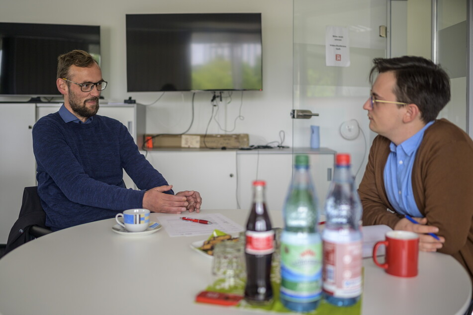 Redakteur Gabriel Schwab (r.) im Gespräch mit dem Bundestagskandidaten der Linken Tim Detzner (42).