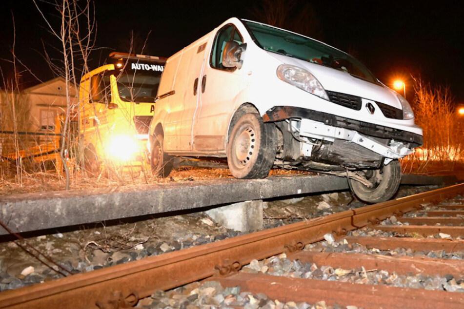 Transporter-Fahrer flüchtet nach Drogen-Test vor der Polizei und landet im Gleisbett!