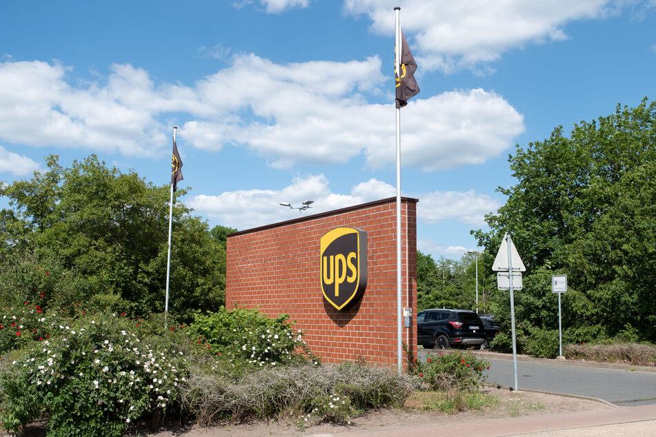 Die Firmeneinfahrt des Postdienstleister UPS in Langenhagen.