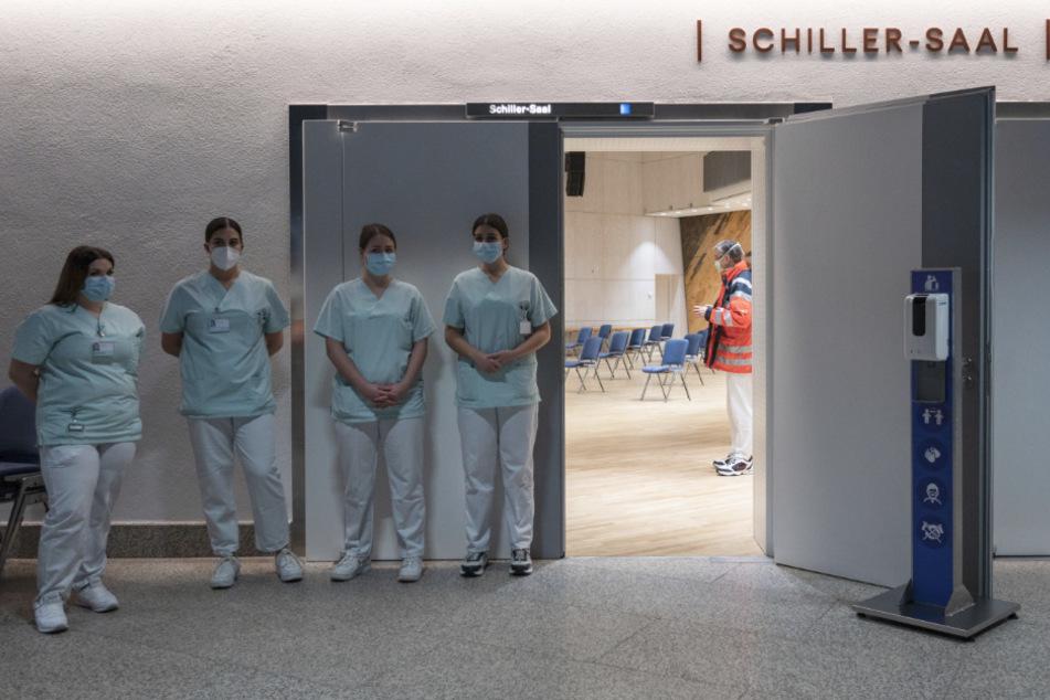 Unter anderem in der Stuttgarter Liederhalle werden Menschen in Baden-Württemberg gegen das Coronavirus geimpft.