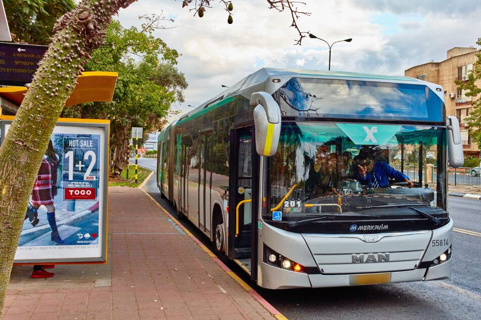 Das Kind lief hinter einem Bus entlang, als es dann zu einem Zusammenstoß zwischen ihm und dem Kind kam. (Symbolbild)