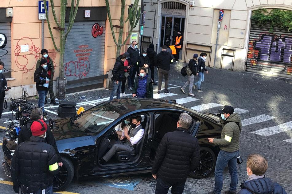 """Zwischendurch bespricht Tom Cruise mit dem Team Szenen. Der siebte Teil der """"Mission: Impossible""""-Agentensaga soll im Jahr 2021 in den Kinos starten."""