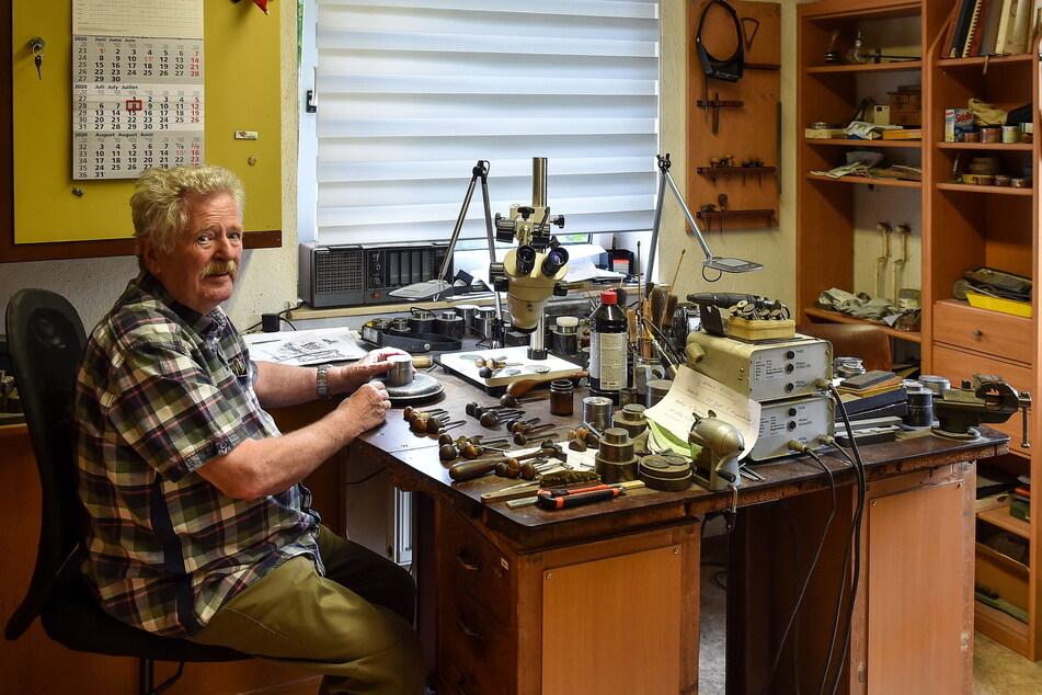 Meister Ralf Exner (76) an seinem Arbeitsplatz in Dresden-Bühlau.