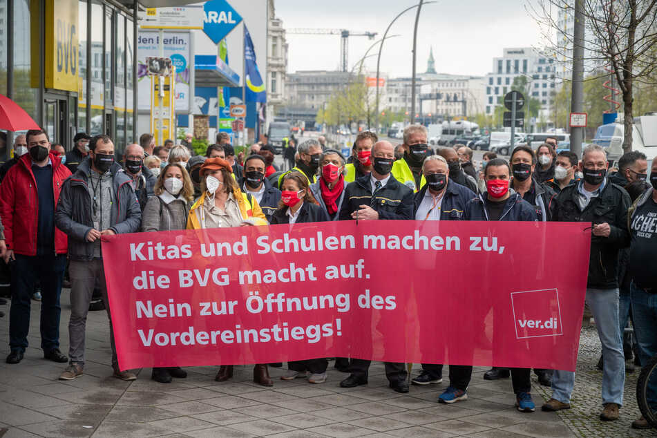 Dutzende Busfahrer protestierten am Donnerstag vor der Zentrale der Berliner Verkehrsbetriebe (BVG) dagegen, dass sie den Fahrgästen den Vordereinstieg wieder öffnen sollen.