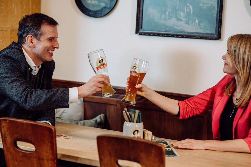 """""""Dahoam is Dahoam"""": Thomas Winkler (Florian Stadler) und Uschi (Silke Popp) verstehen sich sofort blendend."""