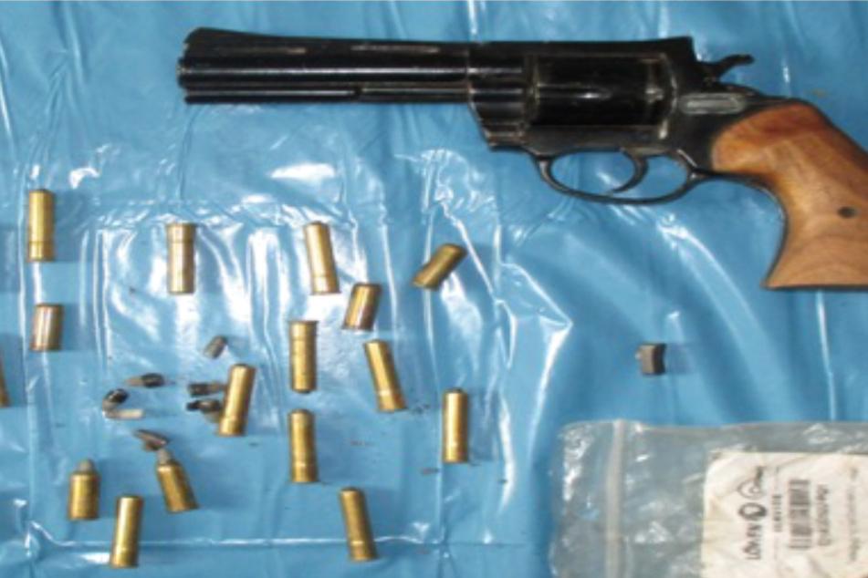 Polizei-Aktion in Worms: Scharfe Schusswaffen und Drogen in Kleingarten entdeckt