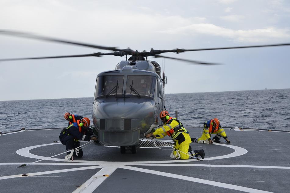 Besonderes Manöver: Polizei-Hubschrauber kreist über der Nordsee