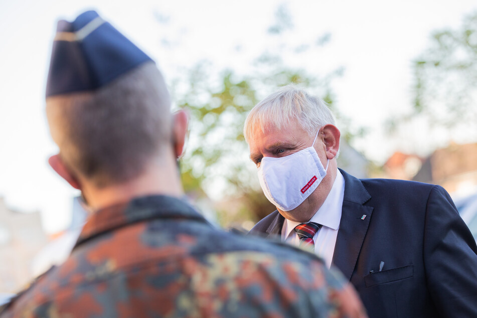 Karl-Josef Laumann (CDU, r), Gesundheitsminister von Nordrhein-Westfalen, spricht bei einem Besuch im Gesundheitsamt mit Soldatinnen und Soldaten der Bundeswehr.