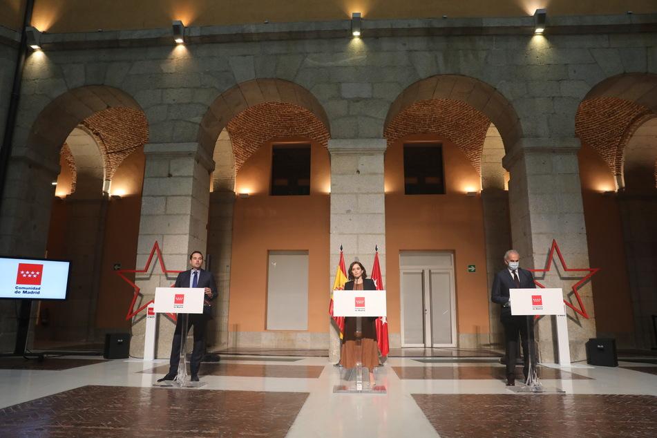 Ignacio Aguado (l-r), Vizepräsident von Madrid, Isabel Diaz Ayuso, Regionalpräsidentin von Madrid, und Enrique Ruiz Escudero, regionaler Gesundheitsminister, während einer Pressekonferenz zur Ankündigung neuer Maßnahmen inmitten der Corona-Pandemie.