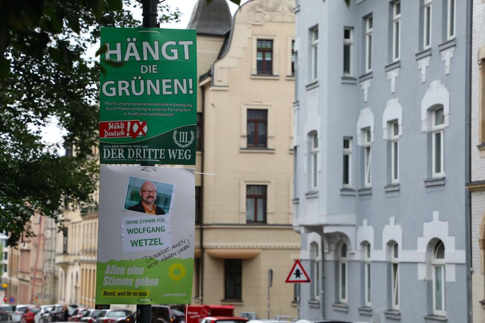 """Ein umstrittenes Wahlplakat der Splitterpartei """"III. Weg"""" hängt in Zwickau über einem Plakat der Grünen."""