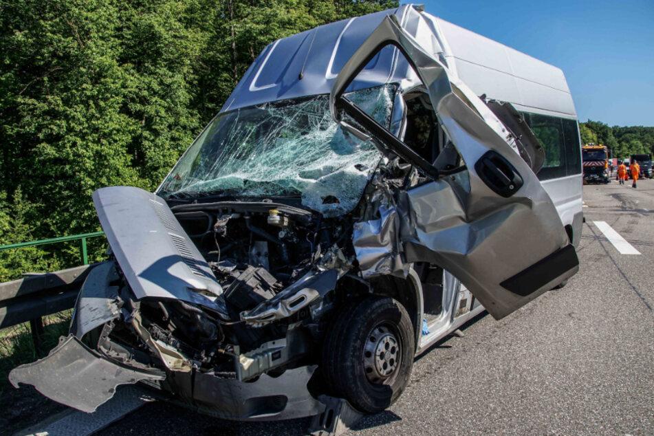 Unfall A81: Transporter kracht in Lastwagen: Autobahn gesperrt