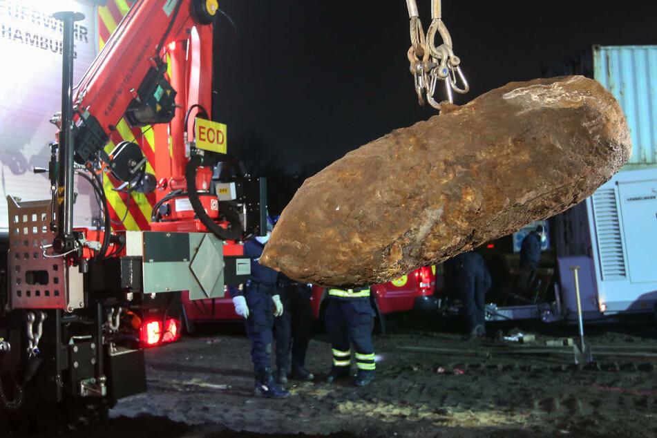 Eine Fliegerbombe wird nach der Entschärfung abtransportiert. Am Donnerstagmorgen hat die Polizei in Berlin-Spandau mit der Entschärfung einer Bombe begonnen, die bei Bauarbeiten gefunden wurde. (Symbolfoto)