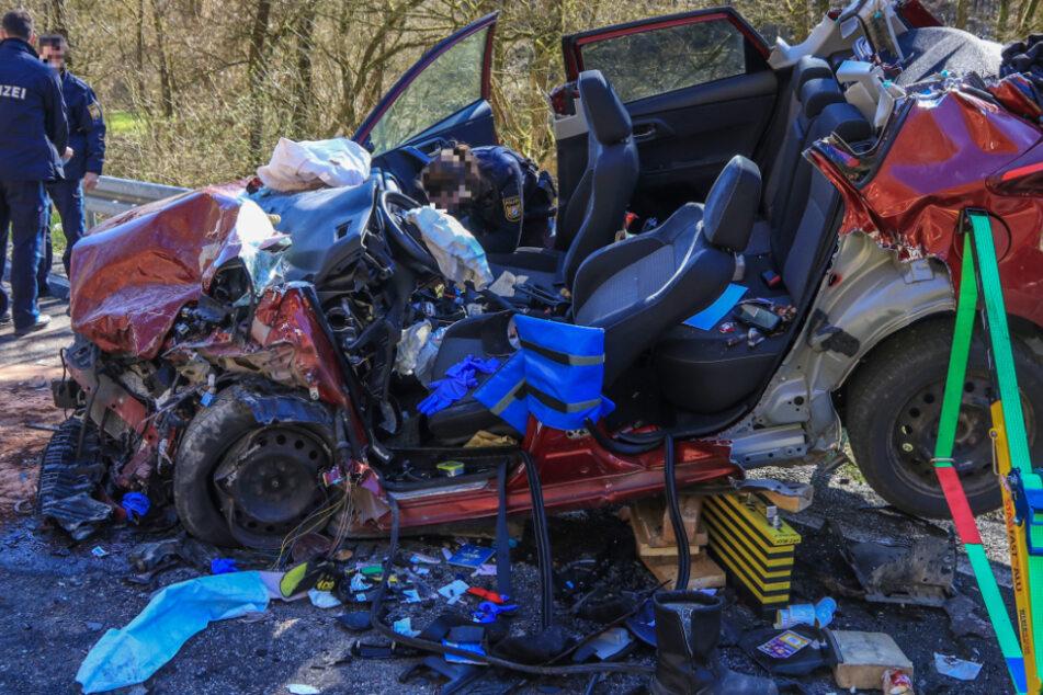 Zwei Schwerverletzte: Auto wird bei Frontalcrash nahe Schweinfurt komplett zertrümmert
