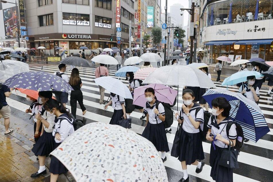 In Tokio gehörten Schutzmasken schon vor Corona zum Stadtbild, wie hier zum Beispiel im Stadtteil Ikebukuro. (Archivbild)