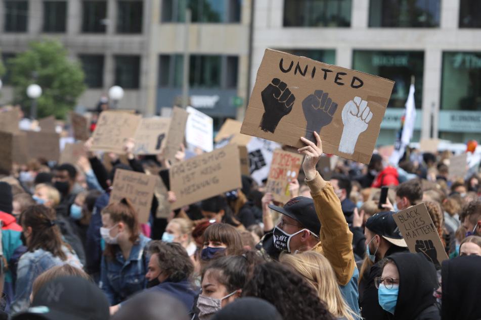 Trotz Corona: Tausendre Menschen demonstrieren in Hamburg gegen Rassismus