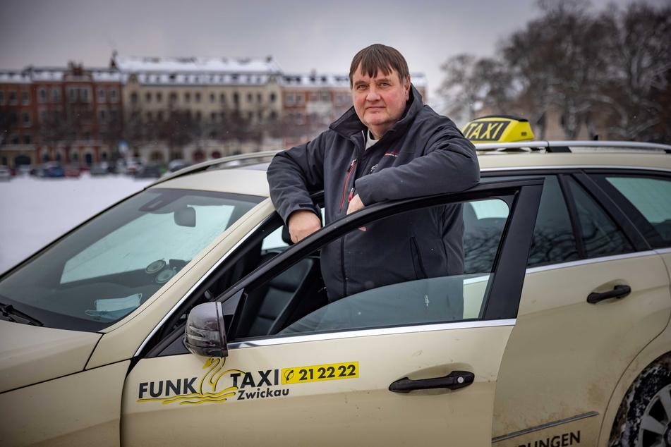 Taxifahrer Rüüd Lübberts (61) rettete seinen Fahrgast vor einer dreisten Betrügermasche.