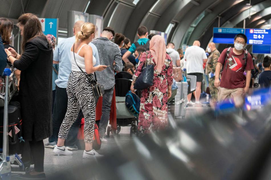 Passagiere warten in einer langen Schlange am Frankfurter Flughafen auf einen kostenlosen Corona-Test.