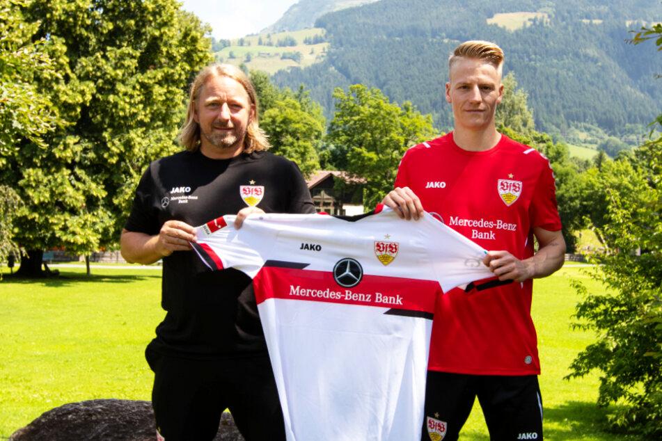 VfB-Sportdirektor Sven Mislintat (48, l.) und Neuzugang Chris Führich (23) präsentieren im Trainingslager in Kitzbühel das neue Trikot des Flügelspielers.